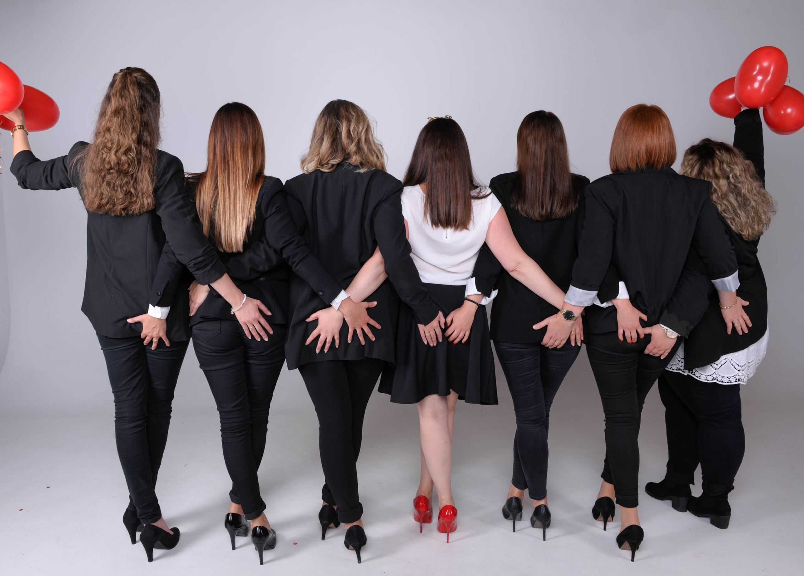 Frauen halten sich fest