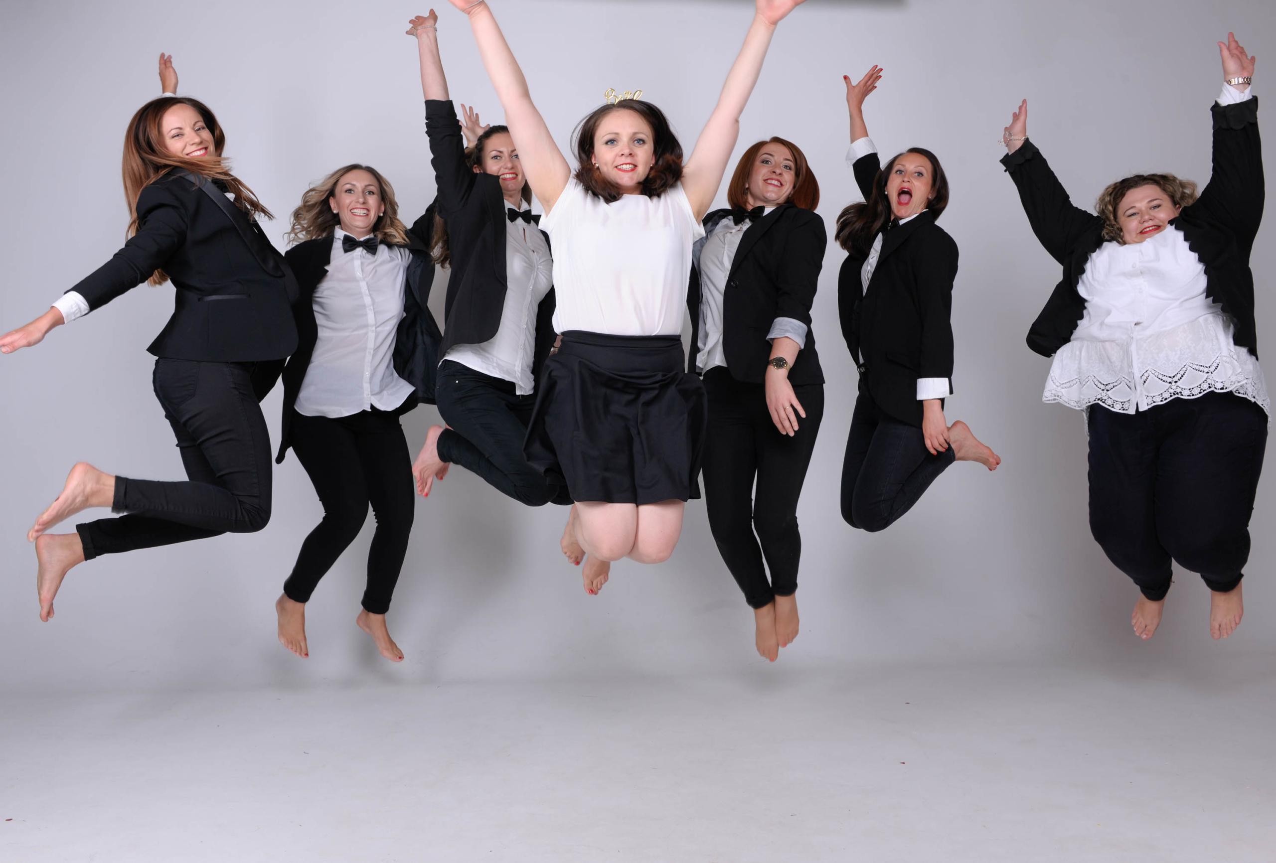 Frauen springen hoch im Fotostudio