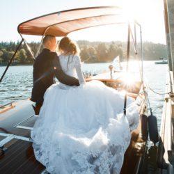 Hochzeitspaar auf dem Boot