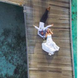 Hochzeitspaar auf dem Steg
