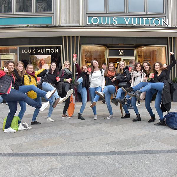 Gruppe von Frauen vor Ladengeschädt