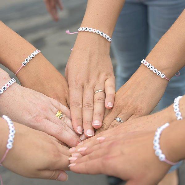Hände im Kreis JGA mit Bändchen